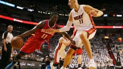El defensor de los 76ers de Filadelfia, Jrue Holiday, intenta penetrar a...