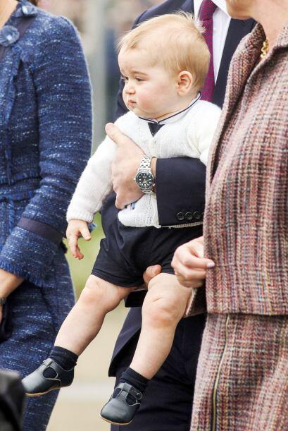 Con este puchero lindísmo llegó George al aeropuerto.