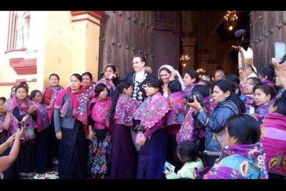 Las mujeres indígenas se tomaron una foto con el gobernador del estado d...