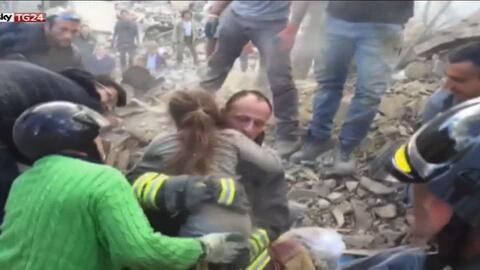 Rescatan a una pequeña entre los escombros un día después del terremoto...
