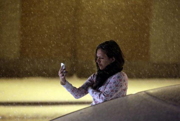 Esta mujer se toma fotografías en el bajo Manhattan en Nueva York.
