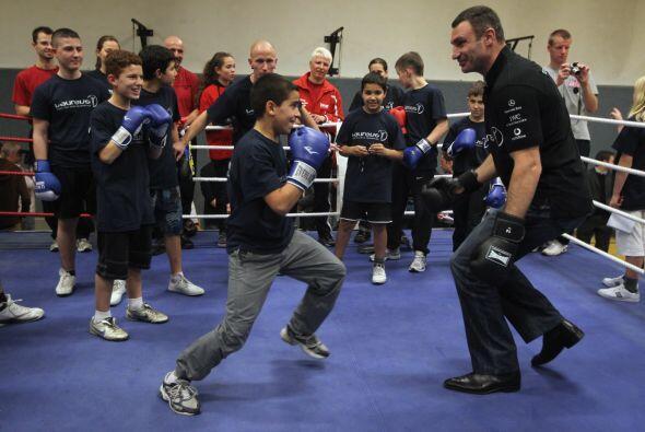 "Vitali Klitschko comparte con niños en ""Kick im Boxring&quot..."