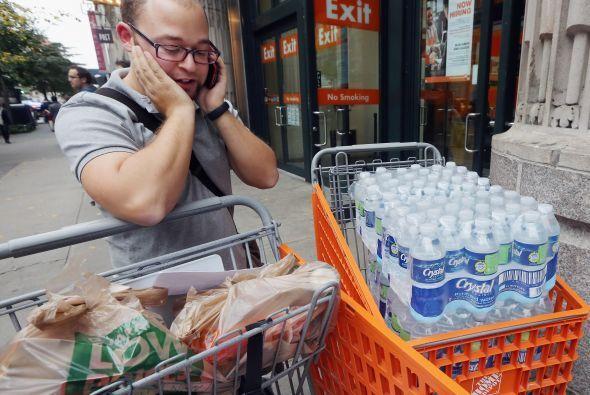 Los neoyorquinos rápidamente abarrotaron los mercados comprando abasteci...