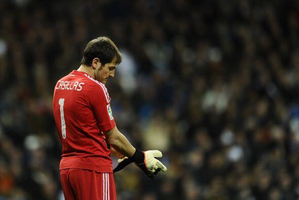 Iker Casillas no podía creer los errores defensivos.