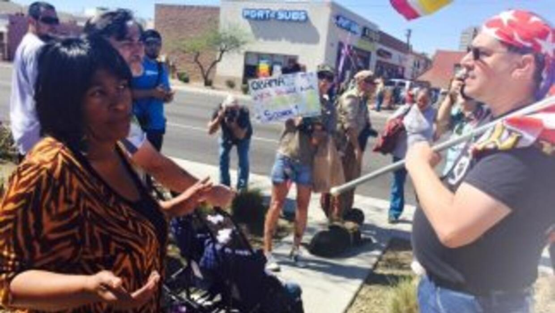 Entre banderas y pancartas que piden su arresto.