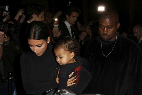 Por el momento este par de enamorados se divierte con su nena.