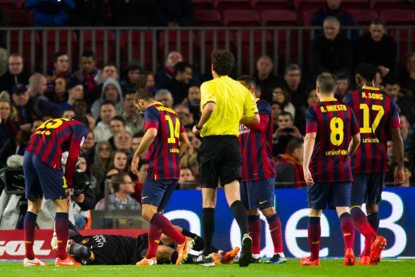 En un salto para hacerse del balón, el portero español tuvo una caída de...