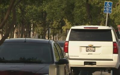 Autoridades en California luchan contra los fraudes en los estacionamien...