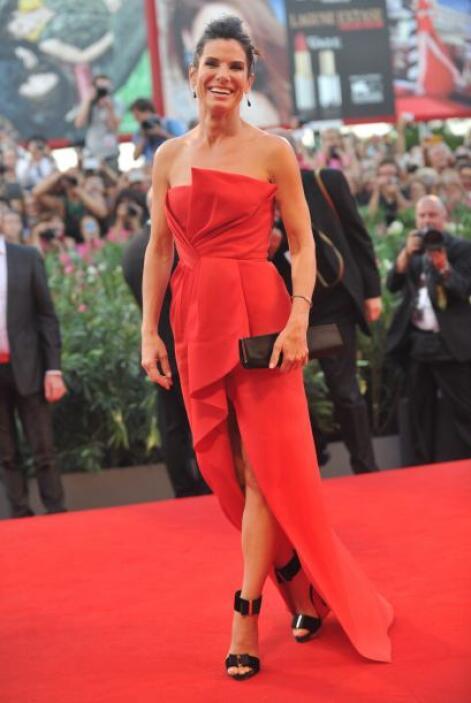 Sandra Bullock eligió un vestido rojo que la hizo lucir guapísima.