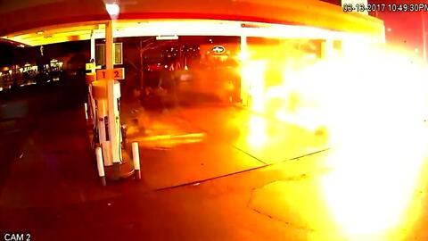 En Video: Camioneta de Uber envuelta en fuego luego de impactar con gaso...