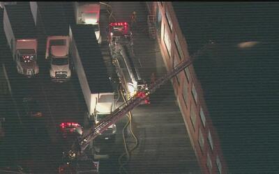 Emergencia en Boyle Heigths por voraz incendio en un edificio comercial