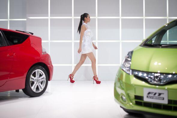El diseño fresco del Honda se refleja hasta en el atuendo de sus edecanes.