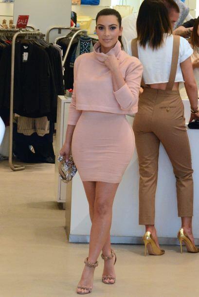 ¡Wow! Kim tiene una figura impresionante.  Mira aquí los vi...