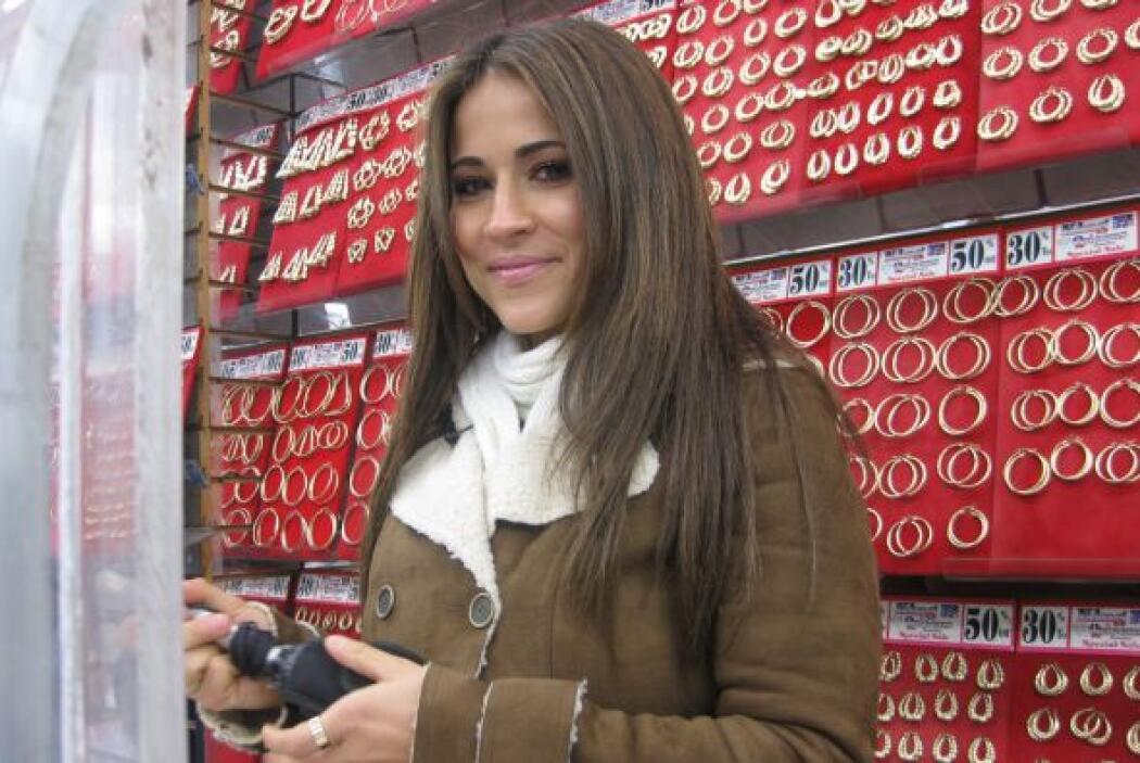 ¿Apoco no le comprarías una joya a esta linda vendedora?