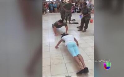 Una niña vence a un soldado en una competencia de flexiones