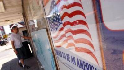 Un local comercial en Hazleton, Pennsylvania, muestra la bandera norteam...