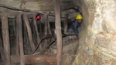 El derrumbe se registró a unos 100 metros bajo tierra, cuando los minero...