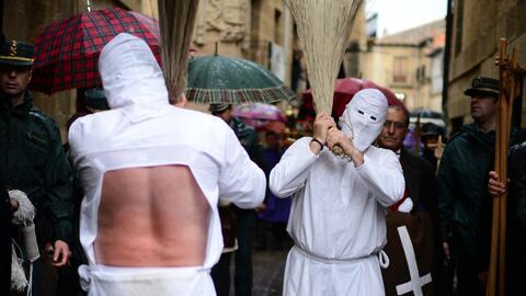 ¿Fe o barbarie?: hombres se flagelan con látigos de puntas como parte de...