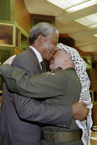 Los cálidos abrazos de Nelson Mandela renconfortaban a mandatario...