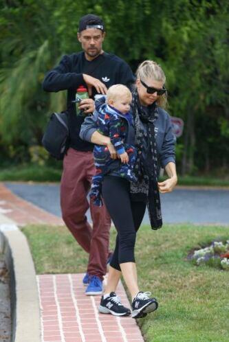 Josh muy atento vigila el paso de su esposa e hijo.Mira aquí los videos...