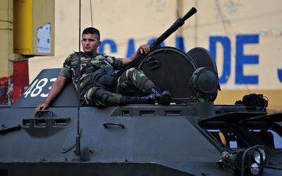 Un soldado nicaragüense descansa encima de un tanque en un desfile...