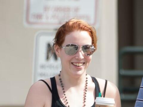 La hija adoptiva de Woody Allen y Mia Farrow salió a pasear. Mira...