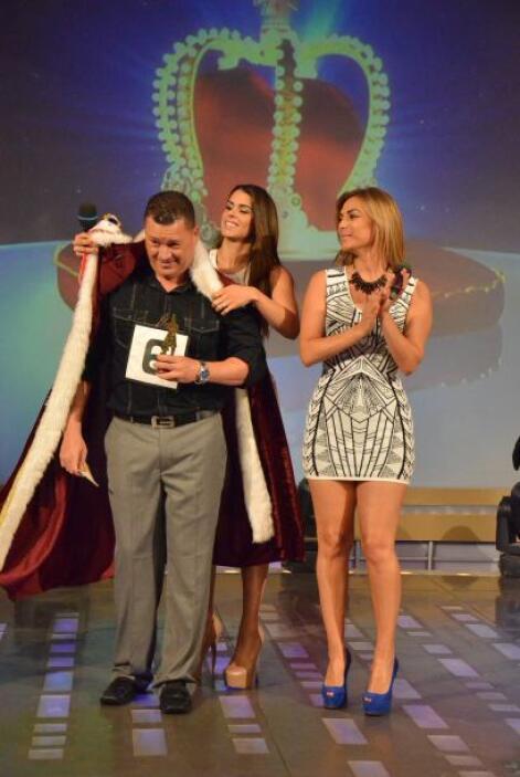 Vanessa también llegó para coronar al rey de esta noche.
