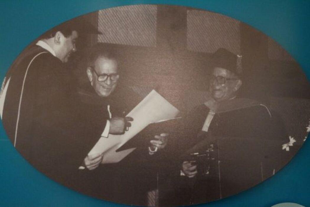 1984- El escritor, periodista y ensayista Salvador Tío, recibe el grado...