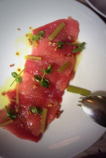 Crudo de atún aleta azul, ruibarbo, menta y limón amarillo . Foto tomada...