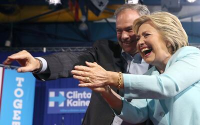 El senador Tim Kaine junto a la exSecretaria de Estado Hillary Clinton,...