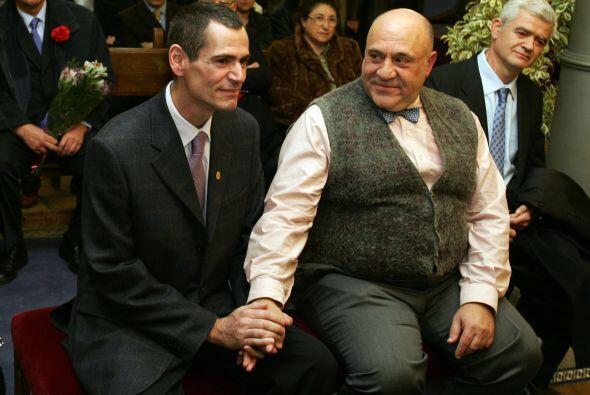 En España la ley que reconoce el derecho de las parejas del mismo...