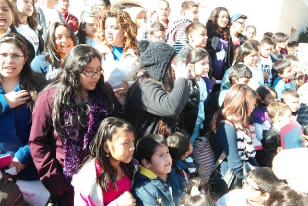 El grupo de 150 niños, acompañados por padres y activistas, viajó a la c...