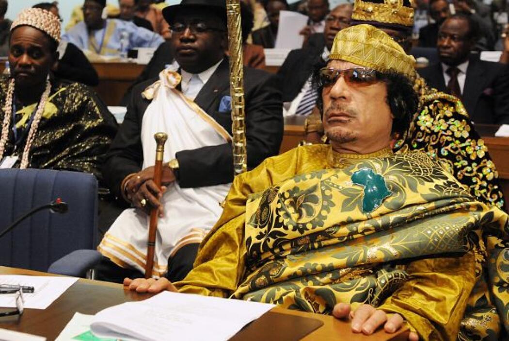 El derrocado líder libio Muamar Gadafi, muerto este jueves cuando tratab...