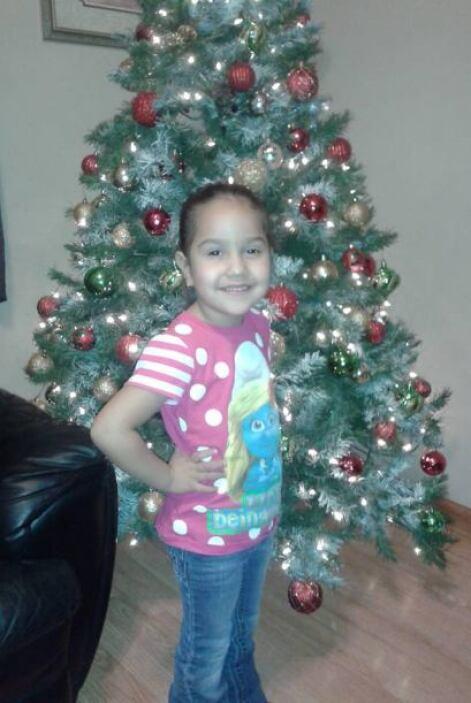 Tania también compartió esta foto de su hija junto a su arbolito de navi...
