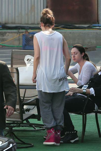 Jennifer llegó al set de grabación del programa en un atuendo muy deport...