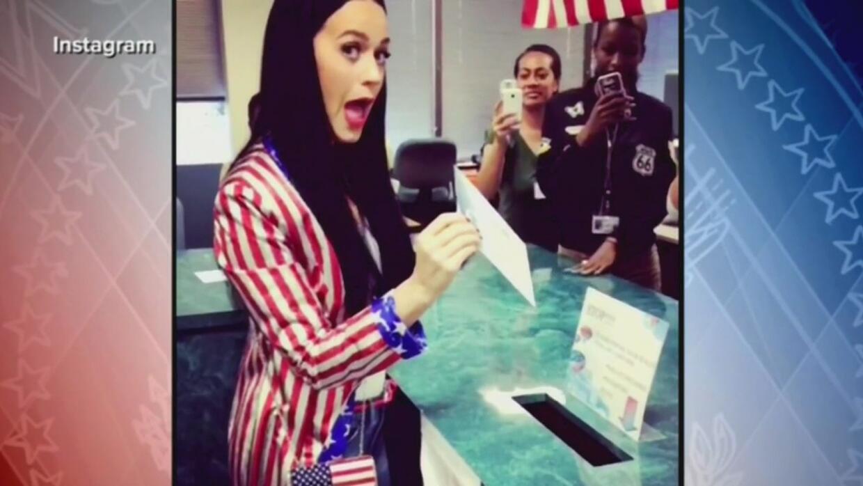 Polémica sobre tomarse 'selfies' con la boleta electoral aviva la hoguer...