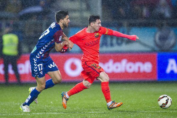 Desde el silbatazo Messi incomodó a los jugadores del Éiba...