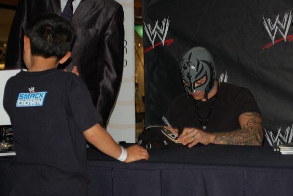 Su entrenamiento y condición física le permitieron firmar autógrafos de...