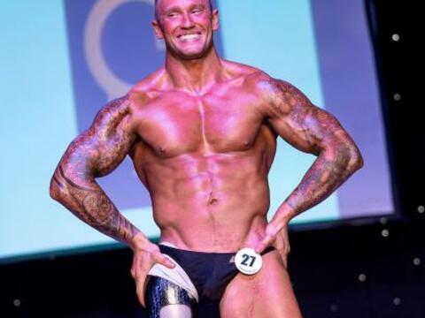 Él es Mark Smith, quien en el año 2011 perdió una p...