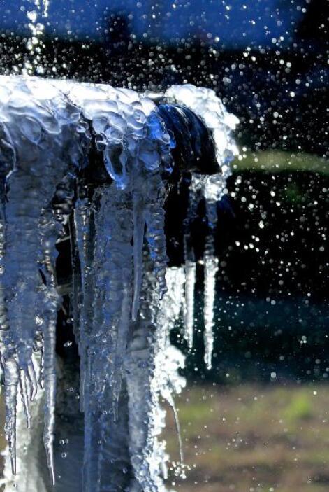 Témpanos de hiel cuelgan de una fuente a lo largo de Canal Street en Nue...