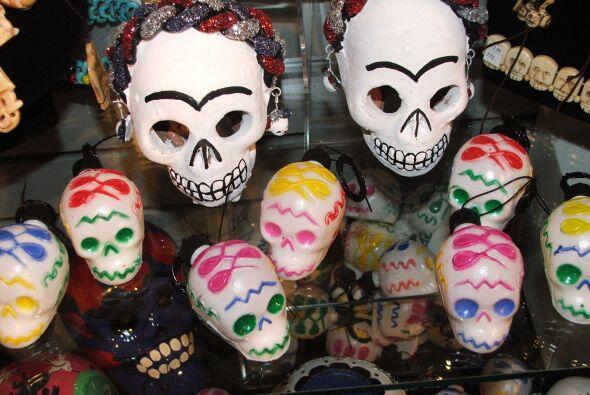 Además hay velas y calaveras mexicanas en todos los colores, form...