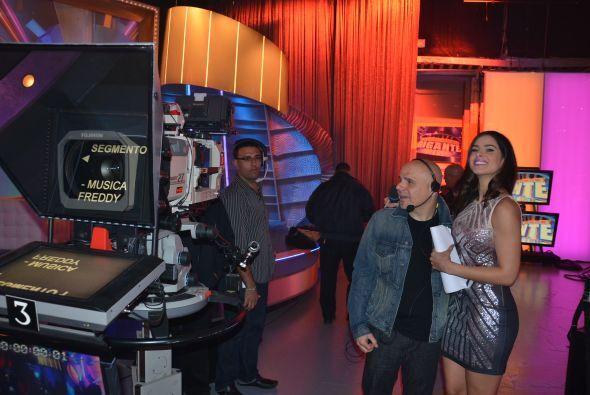 Vanessa disfrutando al máximo detrás de cámaras.