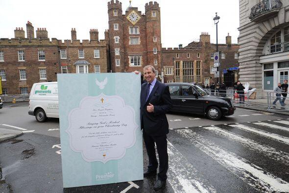La tarjeta especial para George mide 6 pies de alto y fue entregada en l...