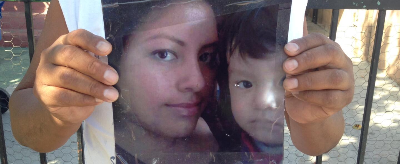 Humberto Yauli muestra la foto de su hija Gisella y su hijo Dillan, de u...