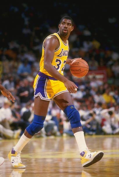 Con una altura de 2,06 metros, disputó con los Lakers doce tempor...