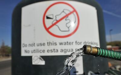 La exposición al plomo en el agua puede causar problemas de condu...