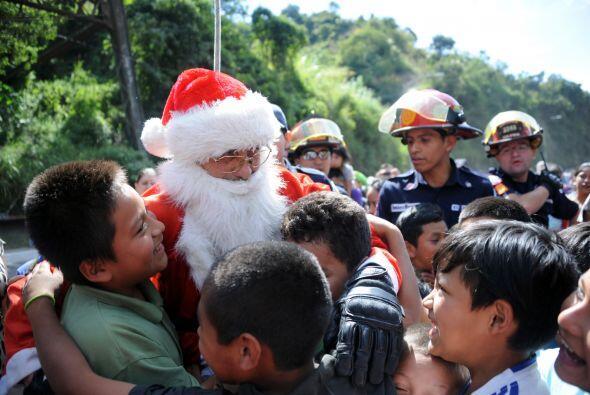 El abrazo de los niños es lo que hace que Santa año con a&...
