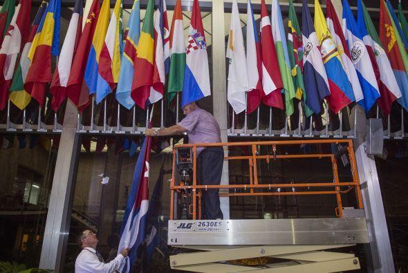 El mismo día 20, la bandera de Cuba fue izada en la sede del Departament...