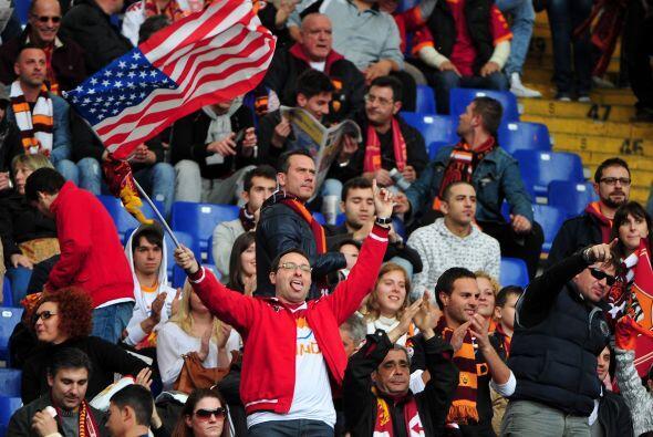 Los hinchas de la Roma mostraron una bandera de los Estados Unidos, clar...