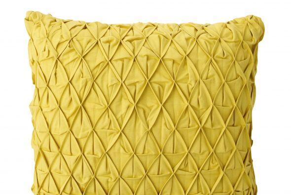 Amarillo o naranja pueden ir bien en una sala color neutro. Estos cuesta...